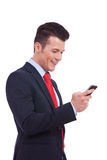 读SMS的商人在移动电话 免版税图库摄影