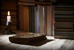 课本和书在一张木桌上 库存图片