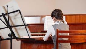 课程音乐 女孩钢琴使用 看法使用从女孩的后面 股票录像