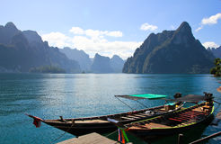 调动乘客的小船水坝的, Khaosok国家公园 免版税库存图片