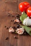 调味品和蕃茄在一张木桌上 免版税库存照片