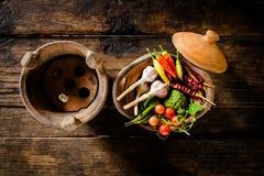 调味品和香料创造性烹调的在黑暗土气木 免版税库存图片
