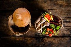 调味品和香料创造性烹调的在黑暗土气木 免版税库存照片