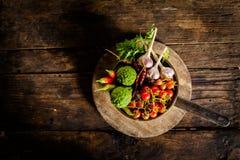 调味品和香料创造性烹调的在黑暗土气木 库存照片