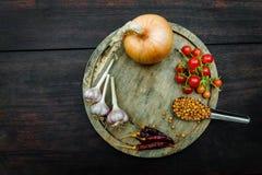 调味品和香料创造性烹调的在黑暗土气木 免版税图库摄影