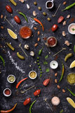 调味汁和垂度、成份和快餐在杂乱桌背景 免版税库存照片