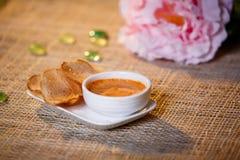 调味汁用在一个白色杯子的油煎方型小面包片 免版税库存照片