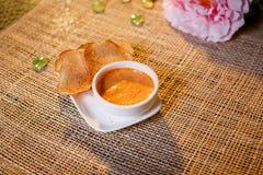 调味汁用在一个白色杯子的油煎方型小面包片 图库摄影