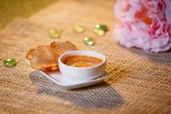 调味汁用在一个白色杯子的油煎方型小面包片 库存图片