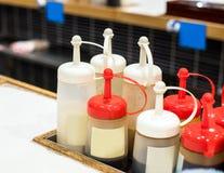 调味汁的瓶在一个地方咖啡馆,东京,日本 特写镜头 免版税库存照片