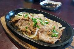 调味猪肉,在热的平底锅的肉 免版税库存照片