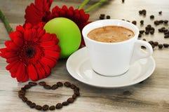 调味的咖啡 近的花、微笑和心脏 免版税图库摄影