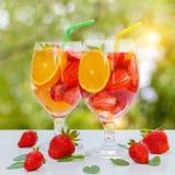 调味的水用新鲜的草莓和薄菏在玻璃玻璃 免版税库存照片