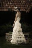 调情地看在她的肩膀的美丽的新娘 免版税库存图片