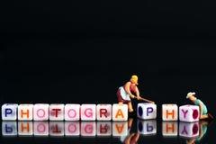 调整一个小组信件的微型小雕象妇女定象形成词拼写 库存图片