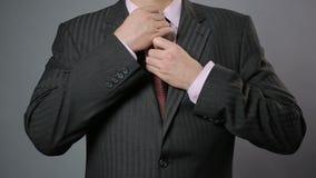 调整他的领带和夹克,特写镜头的商人 时髦的男服 股票视频