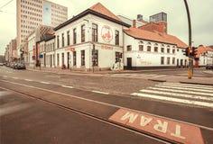 调整做与商标De Koninck的路轨和历史啤酒厂地方啤酒 图库摄影
