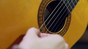 调整和弹一把古典西班牙声学吉他 股票视频