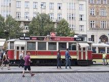 调整咖啡馆在Và ¡ clavské nà ¡ mÄ› stÃ大道在布拉格 免版税库存照片