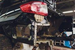 调整在一个轿车身体的汽车与树干的噪声绝缘材料三层数  音频和隔振 ?? 免版税库存图片