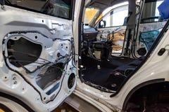 调整在一个SUV身体的汽车与噪声绝缘材料三层数在地板上的 声音和隔振使用软和 库存照片