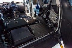 调整在一个SUV身体的汽车与噪声绝缘材料三层数在地板上的 声音和隔振使用软和 库存图片
