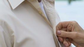 调整在丈夫衬衣、统一性和爱的成熟有同情心的夫人按钮 影视素材