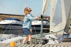 调整在小船的风帆 免版税库存图片