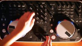 调整在演播室退色在音频搅拌器音乐控制台的滑子 股票录像