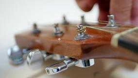 调整声学吉他的吉他演奏员在音乐会前 股票视频