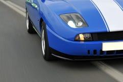 调整的小汽车赛在高速公路下 库存照片