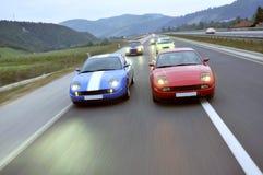 调整的小汽车赛在高速公路下 免版税库存照片