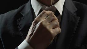 调整领带的紧张的亿万富翁在警察局、财政罪行和贿赂 影视素材
