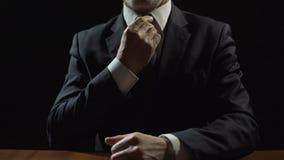 调整领带的西装的可敬的政客,照料名誉 股票录像