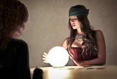调查一个水晶球的魔术师 图库摄影