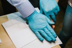 调查员采取从嫌疑犯的指纹罪行的 调查是罪行 罪行 图库摄影