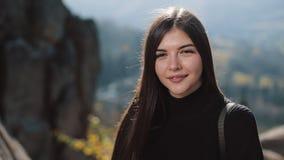 调查在山的照相机的画象年轻有吸引力的妇女画象 美好的岩石背景 户外 股票视频