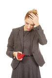 调查她的钱包的不快乐的妇女 库存照片