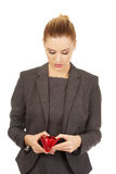 调查她的钱包的不快乐的妇女 图库摄影