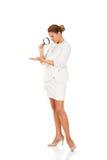 调查放大镜的年轻可爱的女实业家 免版税库存照片