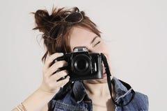 调查照片照相机的滑稽的年轻和时髦行家女孩激动 库存图片