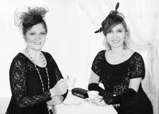 调查照相机的两名葡萄酒妇女 库存照片