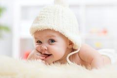 调查照相机的逗人喜爱的矮小的婴孩和 免版税库存照片