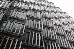 调查白色空间的低角度夺取金属cladded大厦 免版税库存照片