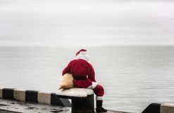 调查神色的圣诞老人距离 库存照片