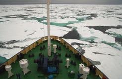 调查船在冰冷的北极海 免版税图库摄影