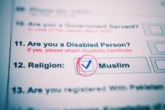调查表 红色笔和题字穆斯林有校验标志的在白皮书 免版税库存图片