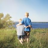调查距离的两个白肤金发的男孩 免版税库存照片