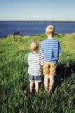 调查距离的两个白肤金发的男孩 库存照片