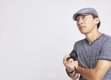 调查距离的亚裔摄影师隔绝在白色 库存图片